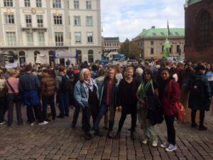 REMO-kvinderne på besøg i Danmark. Her til klimademonstration.